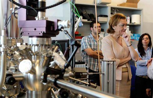 La presidenta de Aragón, Luisa Fernanda Rudi, durante la inauguración del Laboratorio de Microscopías de Sonda Local del Instituto Universitario de Investigación en Nanociencia de Aragón