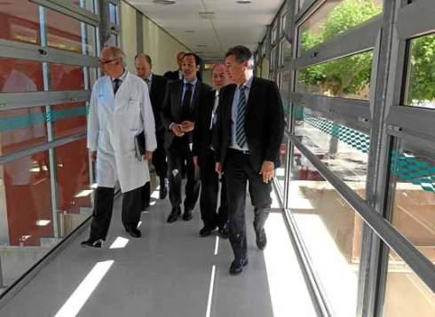 El consejero de Sanidad, Ricardo Oliván, acompañado del director del San José, visitó las instalaciones