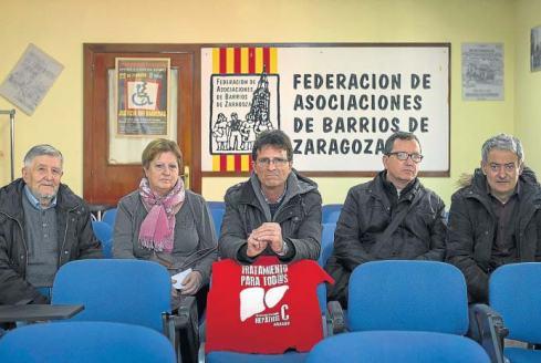 Miembros de la junta de la plataforma de afectados con Carlos, en el centro de la imagen. T. GALÁN
